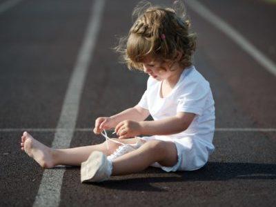 Почему у малыша не получается завязать шнурки?