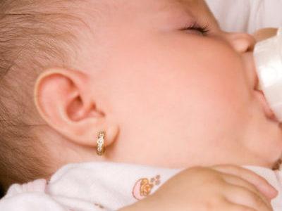 Прокалывать ли ушки ребенку